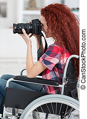 mulher inválida, em, cadeira rodas, ter, um, paixão, para, fotografia