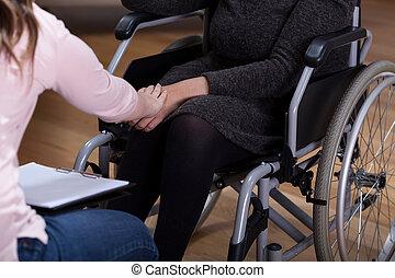 mulher inválida, terapeuta, confortando