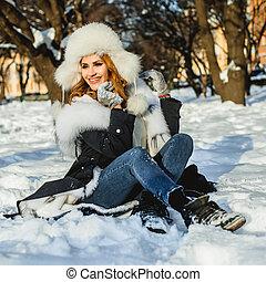 mulher, inverno, alegre, ao ar livre, chapéu branco