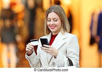mulher, inverno, cartão crédito, online, comprando, feliz