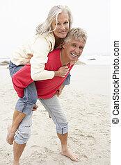 mulher, inverno, dar, piggyback, sênior, praia, homem