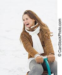 mulher, inverno, jovem, ao ar livre, divertimento, tendo, feliz