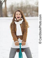 mulher, inverno, parque, jovem, divertimento, tendo, feliz