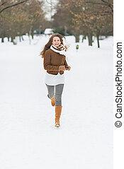 mulher, inverno, parque, jovem, executando, feliz