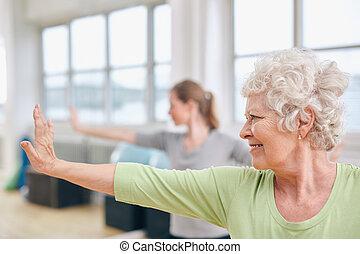 mulher, ioga, esticar, sênior, classe, exercício
