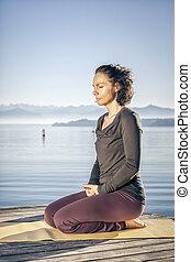 mulher, ioga, lago, sentando