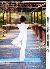 mulher, ioga, meio envelheceu, vista traseira