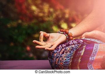 mulher, ioga, mudra, prática, mão, closeup, outdoo, meditação, gesto