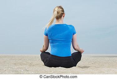mulher, ioga, sentando, pose, areia, retrato
