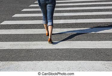 mulher, ir, crosswalk