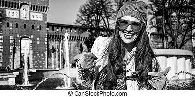 mulher, itália, sforza, mostrando, cima, milão, polegares, castelo