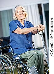 mulher, jarda, sentando, cadeira rodas, sênior, sorrindo
