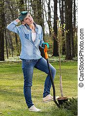 mulher, jardim, cavando, cansadas
