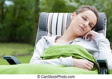 mulher, jardim, dormir