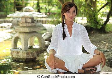mulher, jardim, sentando