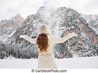 mulher, jogar, agasalho, neve, atrás de, ao ar livre, visto, chapéu