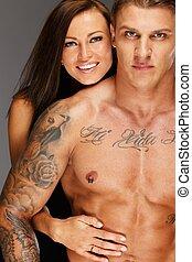 mulher jovem, abraçar, homem, com, pelado, muscular, torso