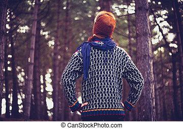 mulher jovem, admirar, a, floresta