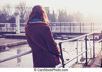 mulher jovem, admirar, canal