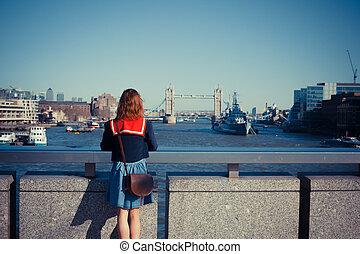 mulher jovem, admirar, londres, skyline