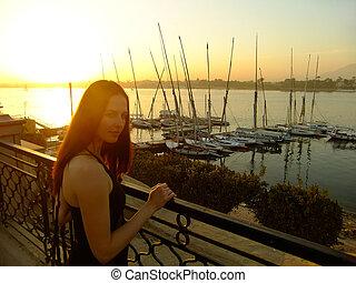 mulher jovem, admirar, pôr do sol, sobre, a, rio nilo, luxor