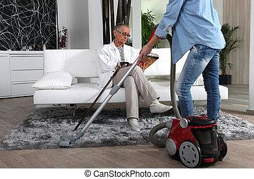 mulher, jovem, ajudando, limpeza, sênior, senhora