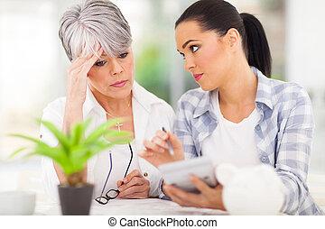 mulher jovem, ajudando, mãe, ordenando, saída, dela, finanças