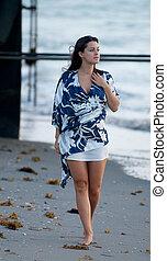 mulher jovem, andar ao longo praia