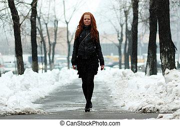 mulher jovem, andar, baixo, neve coberta, rua