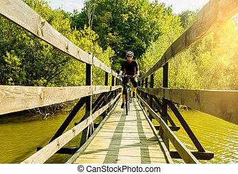 mulher jovem, ande uma bicicleta