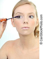 mulher jovem, aplicando, azul, mascara