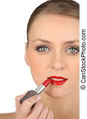mulher jovem, aplicando, batom vermelho