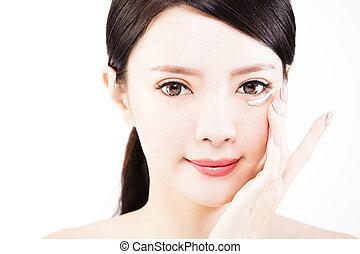 mulher jovem, aplicando, creme pele, sob, olhos