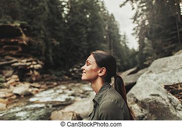 mulher, jovem, ar, floresta, fresco, desfrutando, agradado