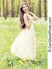 mulher, jovem, ar, forest., verde, fresco, desfrutando