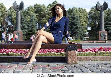 mulher, jovem, banco, senta-se, bonito