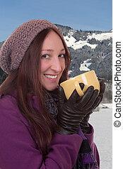 mulher jovem, bebendo, um, xícara chá quente, em, montanhas, em, inverno
