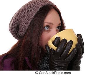 mulher jovem, bebendo, xícara chá, em, inverno, e, olhar