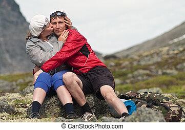 mulher jovem, beijando, um, homem, em, montanhas