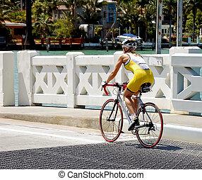 mulher jovem, bicicleta, corredor