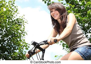 mulher jovem, bicicleta equitação