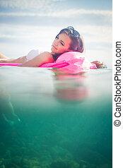 mulher, jovem, bonito, desfrutando, praia, dia