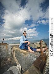mulher, jovem, bote, sentando