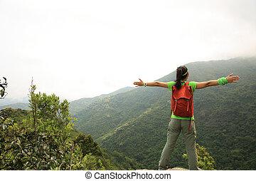 mulher, jovem, braços, hiker, alegrando, ao ar livre, abertos