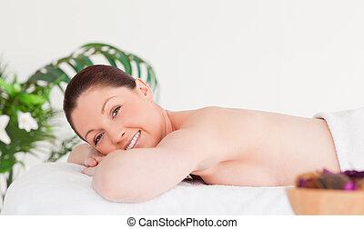 mulher, jovem, câmera, tabela, sorrindo, massagem