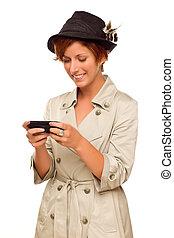 mulher, jovem, célula, telefone, segurando, sorrindo, branca, esperto