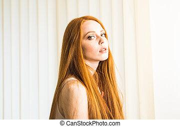 mulher, jovem, cabelo longo, atraente, vermelho