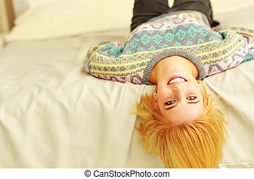 mulher, jovem, cama, closeup, retrato, sorrindo, mentindo