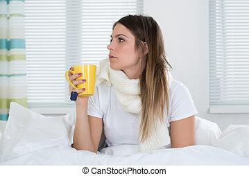 mulher jovem, cama, com, copo