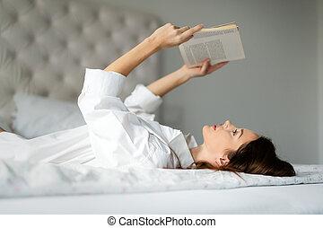 mulher, jovem, cama, livro, lar, leitura